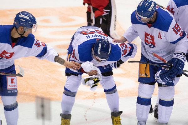 Zranený Patrik Lamper zo Slovenska (uprostred) počas hokejového zápasu Kaufland Cup 2019 medzi Slovensko - Bielorusko. Bratislava, 7. február 2019.