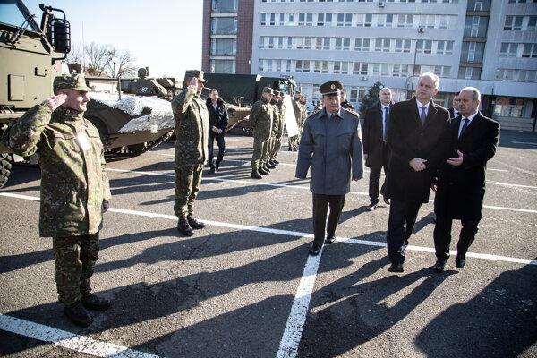 Zľava: minister obrany SR Peter Gajdoš, prezident SR Andrej Kiska a náčelník Generálneho štábu OS SR Daniel Zmeko. Z ich rúk si ocenenia prebrali aj členovia 5. pluku špeciálneho určenia v Žiline.