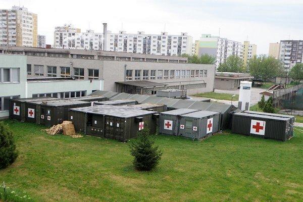 Mobilné operačné jednotky vroku 2014 pri nemocnici. Lekár Nitrianskeho samosprávneho kraja (NSK) Ľubomír Ševčík vnich jednoznačne zakázal operovať.