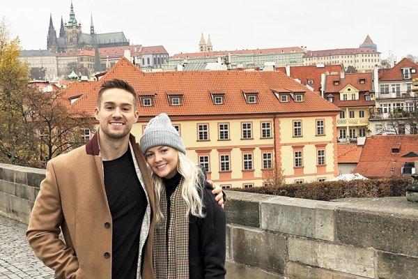 Kanadský párik Graeme a Hanna vo voľnom čase spoznáva Európu. Snímka je z návštevy Prahy.