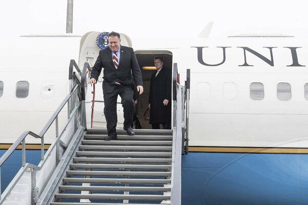 Americký minister zahraničných vecí Mike Pompeo vystupuje z lietadla po prílete na letisko v Budapešti.