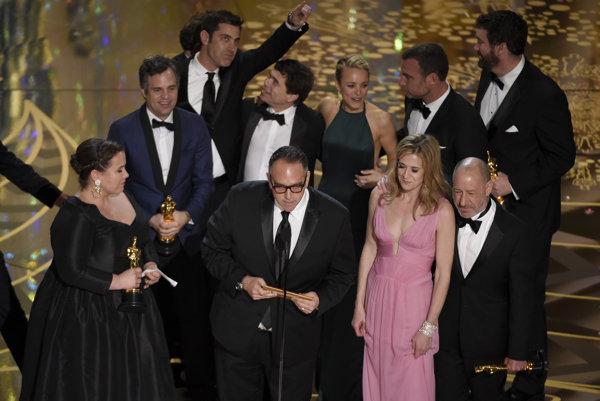 Herci z filmu Spotlight si prevzali cenu za najlepší film.
