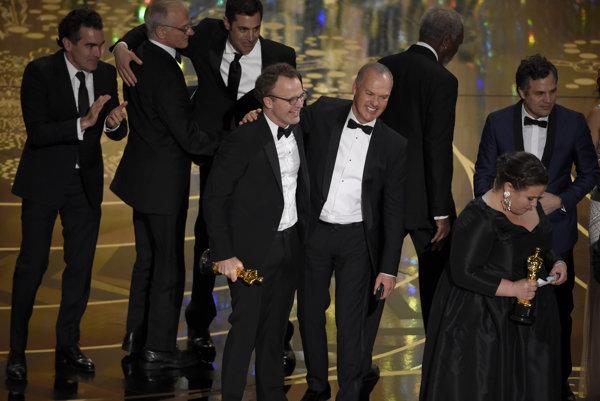 Víťazný tím. V strede režisér Tom McCarthy a herec Michael Keaton.