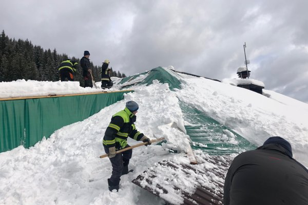 Pri zhadzovaní snehu pomáhajú miestni hasiči.