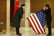 Príprava vlajok pred začiatkom americko-čínskych rokovaní v Pekingu.