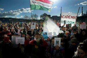 Protestujúci vedci pred Maďarskou akadémiou vied.