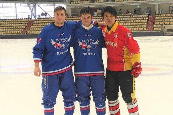 Branislav Volko (v strede) sDavidom Ferletjakom aDanielom Zhangom, ktorí sú jeho spoluhráčmi aj vo švédskom hokejovom tíme Värmdö.