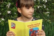 Ľubana Holeštiaková so svojou nádhernou pestrofarebnou knižkou Dračie pestvá ainé čarodejstvá.
