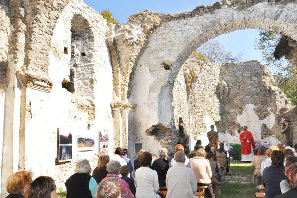 Jedna zmnohých akcií vruinách kostola.