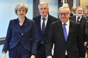 Britská premiérka Theresa Mayová (vľavo) kráča s predsedom Európskej komisie Jeanom-Claudeom Junckerom (vpravo) a vyjednávačom Európskej únie pre brexit Michelom Barnierom (uprostred).