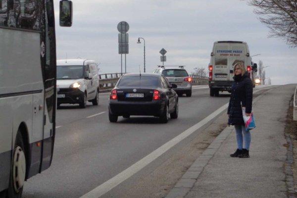 Mostom nad železnicou prechádzajú denne tisícky áut.