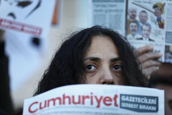 Demonštrácia na podporu denníka Cumhuriyet