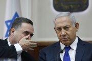 Zľava minister zahraničných vecí Jisrael Kac a predseda vlády Benjamin Netanjahu.