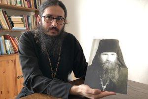 Pravoslávny duchovný Marián Derco s fotografiou duchovného otca, archimandritu Savvu Struveho pôsobiaceho v Ladomirovej pri Svidníku.