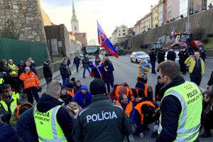 Blokáda Staromestskej ulice vedúcej na Most SNP počas protestu farmárov.