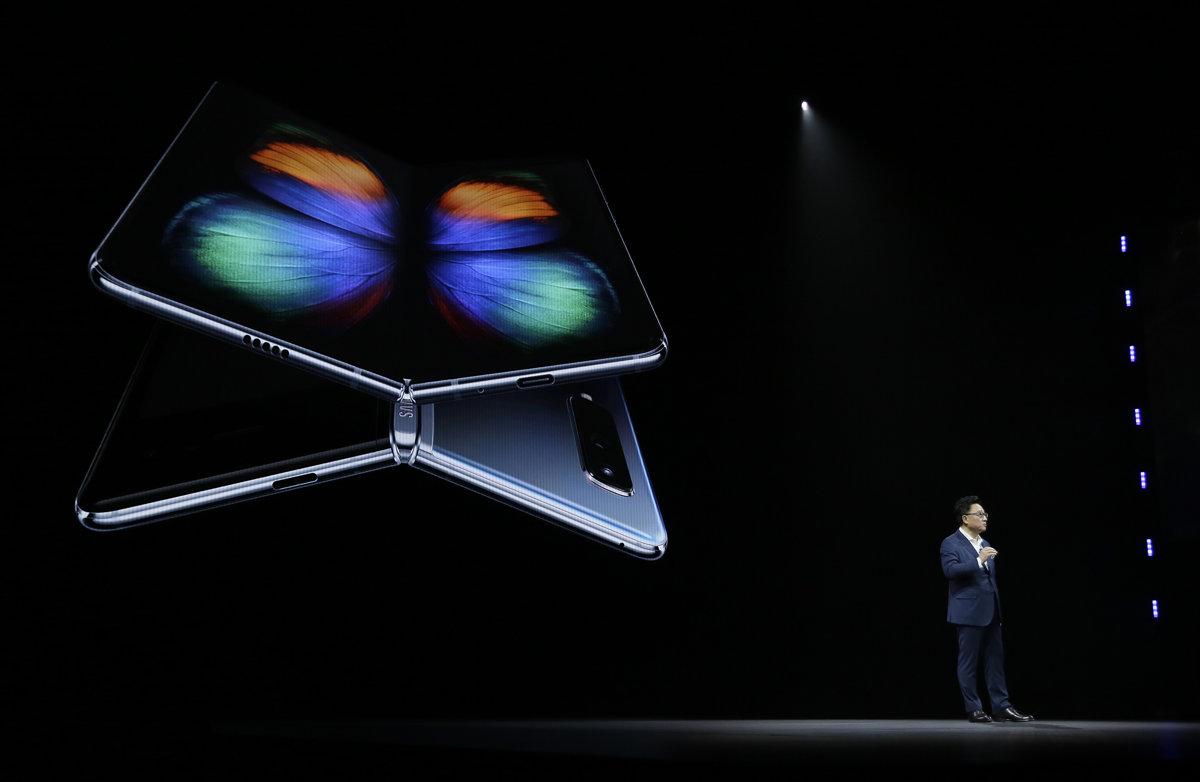 5d7e40c9de Šéf spoločnosti Samsung DJ Koh počas predstavenia skladacieho smartfónu  Galaxy Fold.