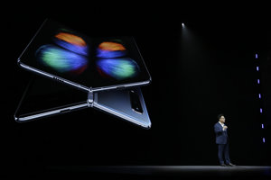Šéf spoločnosti Samsung DJ Koh počas predstavenia skladacieho smartfónu Galaxy Fold.