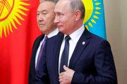 Hospodárstvo Kazachstanu sa zotavuje z poklesu cien ropy z roku 2014 a sankcií západných štátov voči jeho kľúčovému obchodnému partnerovi Rusku. (Na snímke: Kazašský prezident Nursultan Nazarbajev a jeho ruský kolega Vladimir Putin)