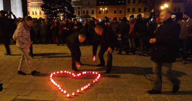 Srdce zo sviečok na prešovskom námestí.