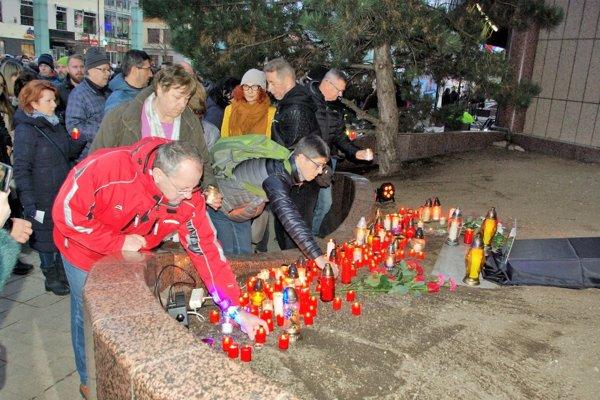 Pri pamätníku Jána Kuciaka a Martiny Kušnírovej pred martinským divadlom.