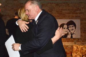 Prezident Andrej Kiska v objatí so Zlaticou Kušnírovou v Tabačke.