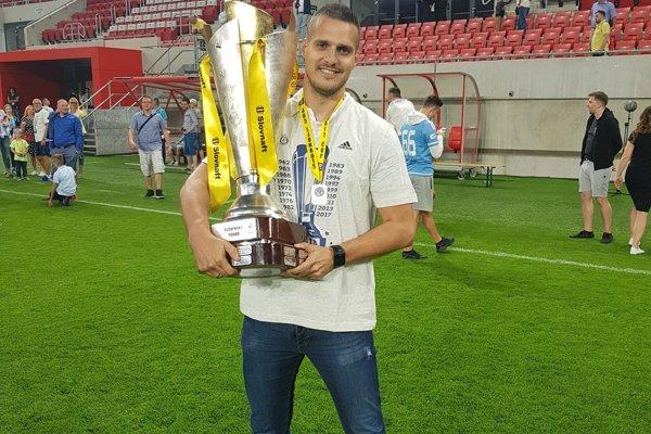 Michal Kopčan s trofejou po víťazstve Slovana Bratislava v Slovnaft Cupe.