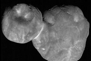 Záber objektu Ultima Thule v najvyššom rozlíšení. Vznikol pár minút pred tým, než sa sonda k objektu priblížila najviac 1.1 2019.