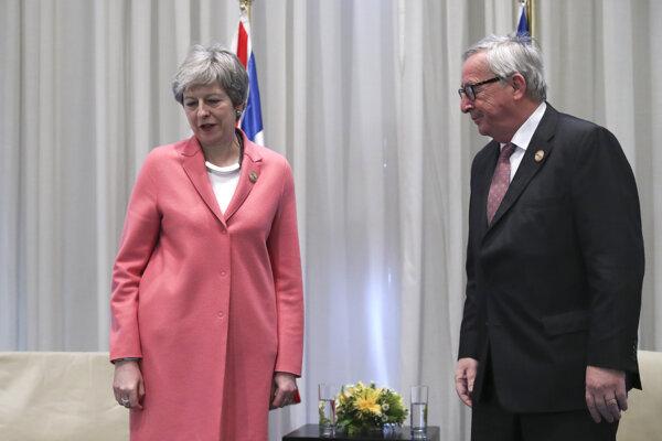 Britská premiérka Theresa Mayová odštartovala pondelkové stretnutie v egyptskom letovisku Šarm aš-Šajch so šéfom Európskej komisie Jeanom-Claudom Junckerom.