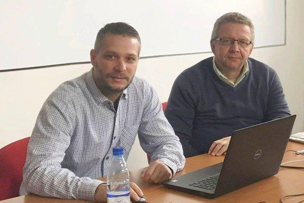 Na fotografii (zľava) Peter Ciglan z týždenníkov MY a notár Oto Koppan počas žrebovania výhercov.