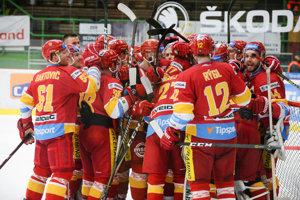 Radosť hráčov Trenčína po zápase 55. kola hokejovej Tipsport Ligy v hokeji MHC Mikron Nové Zámky - HK Dukla Trenčín 26. februára 2019 v Nových Zámkoch.