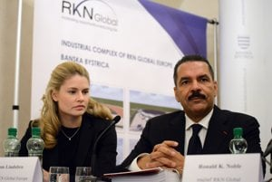 Ronald K. Noble a konateľka RKN Global Europe Marjam Lindsbro.