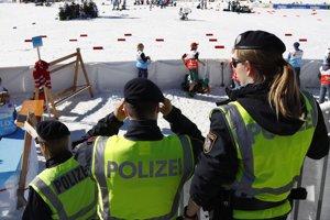 Rakúski policajti stoja v cieli pretekov mužov v behu na lyžiach na 15 km v rámci MS v severských disciplínach v rakúskom Seefelde 27. februára 2019.