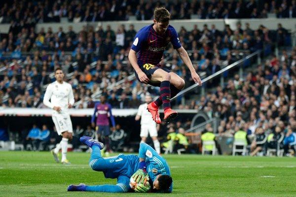 Sergi Roberto (hore) preskakuje brankára Realu Madrid Keylora Navasa.