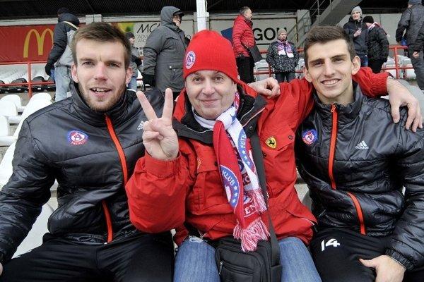 Ľuboš Sládeček (v strede) na fotke s Igorom Šemrincom (vľavo) a Jakubom Holúbekom.