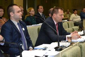 Poslanec Branislav Čekovský (pri mikrofóne) upozornil, že mestu chýba koncepcia rozvoja športu.