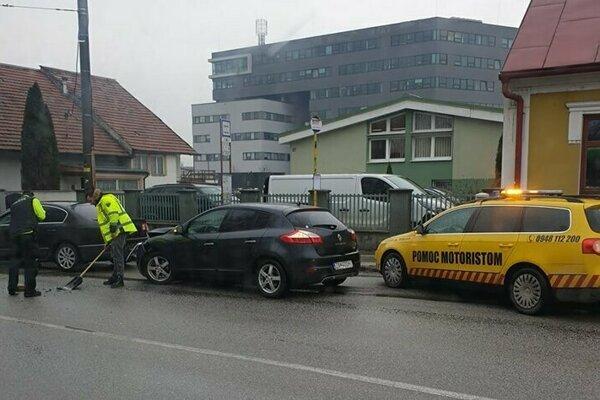 Nehoda sa stala pri zastávke v smere do mesta.