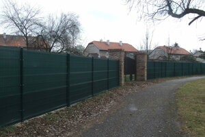 Toto je len časť súkromného plotu v mestskom parku. Ľudia sú šokovaní. Pýtajú sa, kde je verejný záujem.