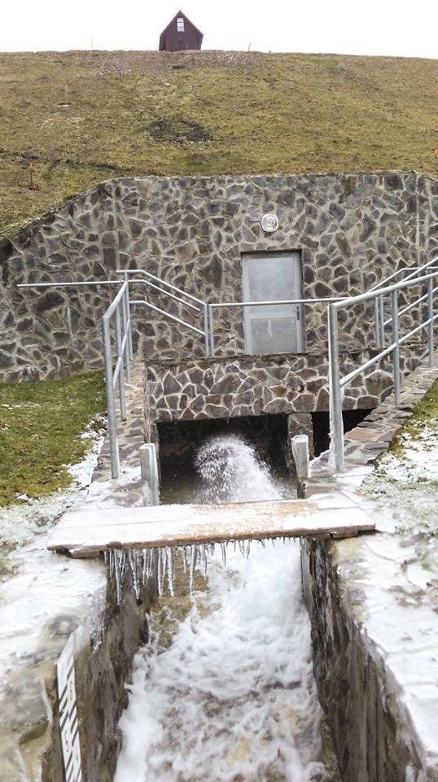 Dolný výpust vody bol súčasťou rekonštrukcie. Na obrázku aj dvere do štôlne.
