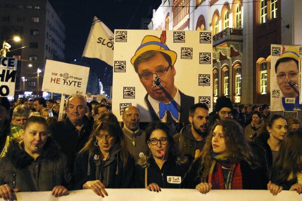 Srbi opäť protestovali proti prezidentovi Vučičovi.