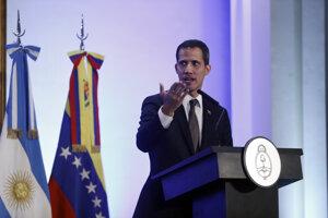 Juan Guaidó počas tlačovej konferencie v Argentíne.