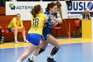 S loptou v modrom drese Katarína Pócsíková.