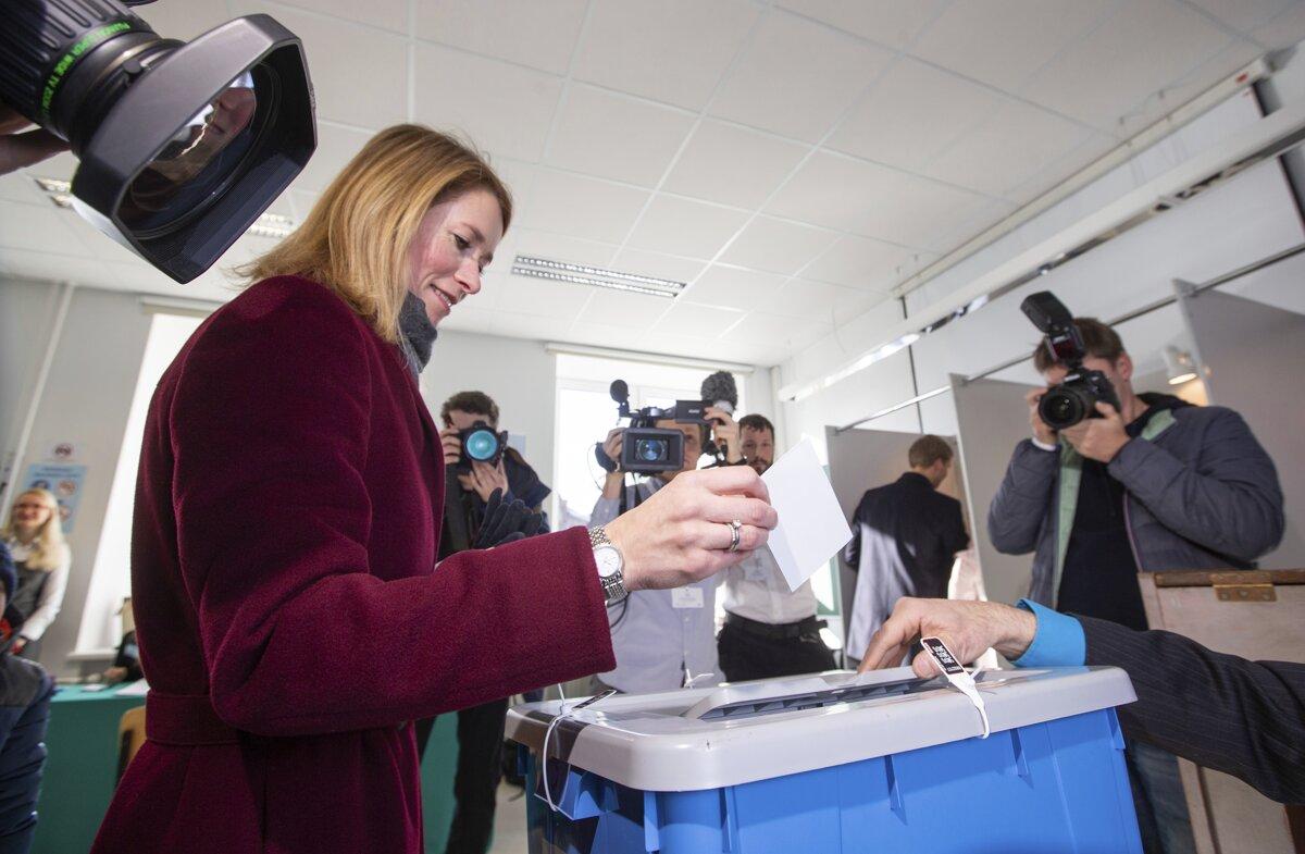 870738ebf6e47 Vo voľbách odovzdáva svoj hlas líderka Estónskej reformnej strany Kaja  Kallasová.