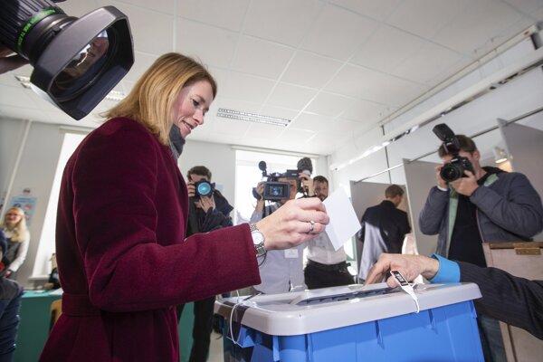 Vo voľbách odovzdáva svoj hlas líderka Estónskej reformnej strany Kaja Kallasová.