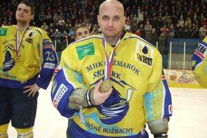 Martin Klempa v drese Kežmarku pri oslavách víťazstva v 1: hokejovej lige.