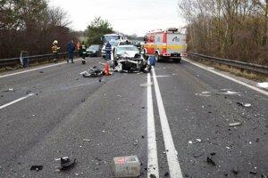 Ranná nehoda si vyžiadala troch ťažko zranených ľudí.