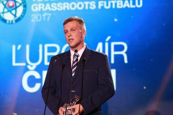 Ľubomír Čekan pri preberaní ceny pre najlepšieho ženského trénera na Slovensku za rok 2017.
