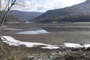 Nízka hladina vodnej nádrže Ružín pri Margecanoch.