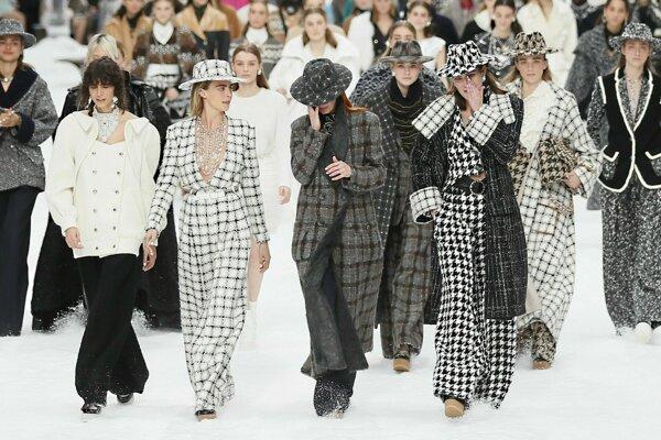 Modelka Cara Delevingneová (druhá zľava) sa pozerá na modelky, ktoré si utierajú slzy počas predvádzania poslednej kolekcie zosnulého módneho návrhára Karla Lagerfelda pre značku Chanel.