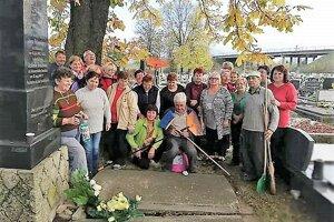 Seniori upravovali opustené hroby na miestnom cintoríne.