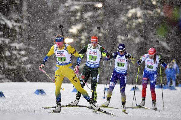 Ivona Fialková (štvrtá zľava) počas pretekov zmiešanej štafety na MS v biatlone 2019 vo švédskom Östersunde.